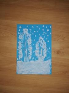 Zimowy pejzaż- praca plastyczna z wykorzystaniem białej farby plakatowej