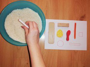Poszukiwanie przedmiotów w misce z ryżem – zabawa sensoryczna