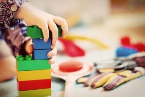 Jak kreatywnie spędzać czas z dzieckiem? – zabawy z wykorzystaniem klocków