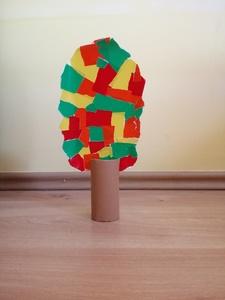 Jesienne drzewo – praca plastyczna z wykorzystaniem rolki