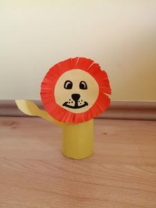 Lew - praca plastyczna z wykorzystaniem rolki