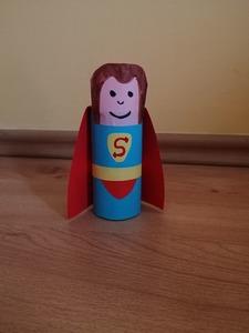 Superman - praca plastyczna z wykorzystaniem rolki
