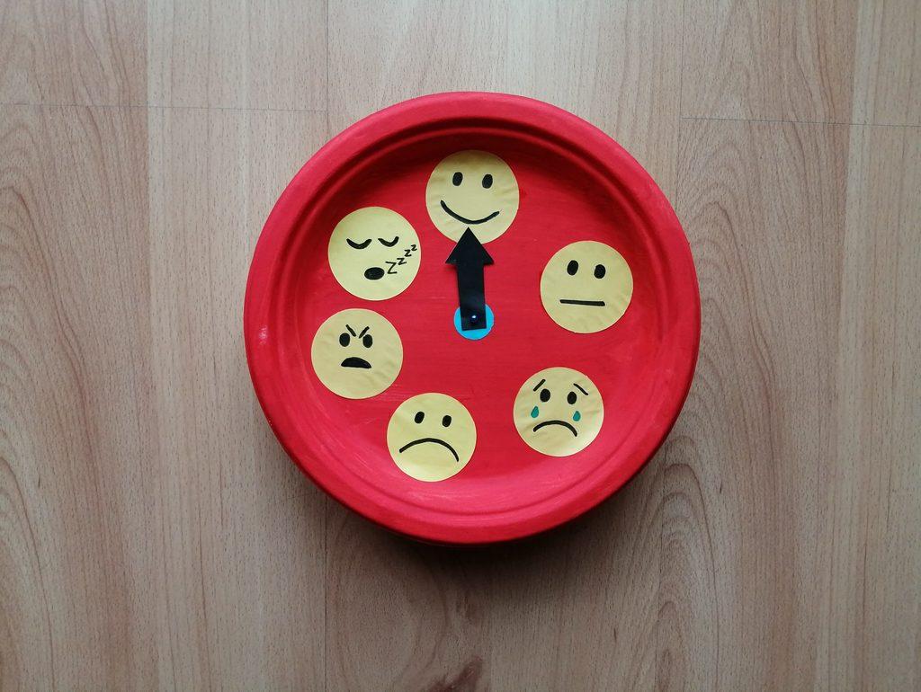 Zegar emocji - praca plastyczna z wykorzystaniem talerzyka papierowego