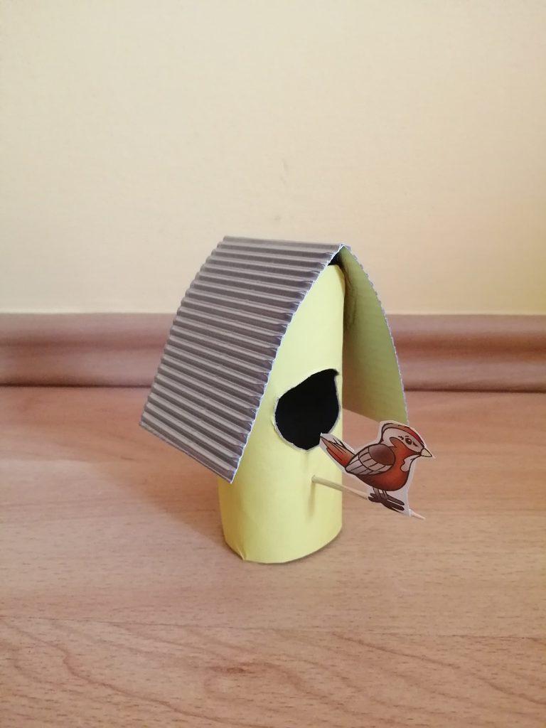 Karmnik - praca plastyczna z wykorzystaniem rolki