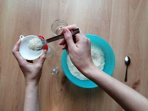 Przesypywanie ryżu – zabawa sensoryczna