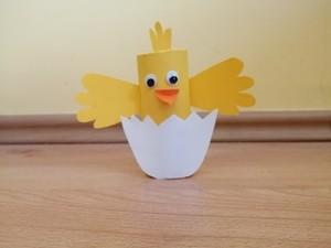 Kurczak w skorupce - praca plastyczna z wykorzystaniem rolki