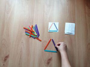 Kolorowe patyki – zabawa edukacyjna