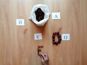 Układanie liter z kasztanów i żołędzi – zabawa edukacyjna