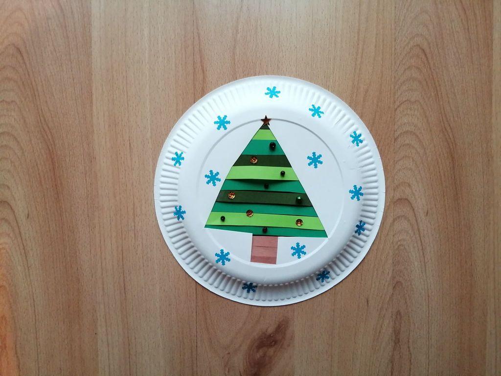 Choinka - praca plastyczna z wykorzystaniem talerzyka papierowego