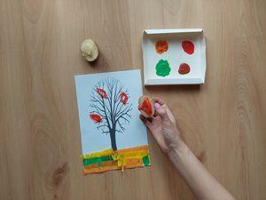 Jesienne drzewo — praca plastyczna z wykorzystaniem stempli z ziemniaków