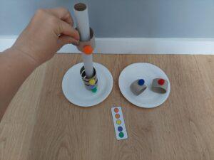 Kolorowe pompony – zabawa edukacyjna